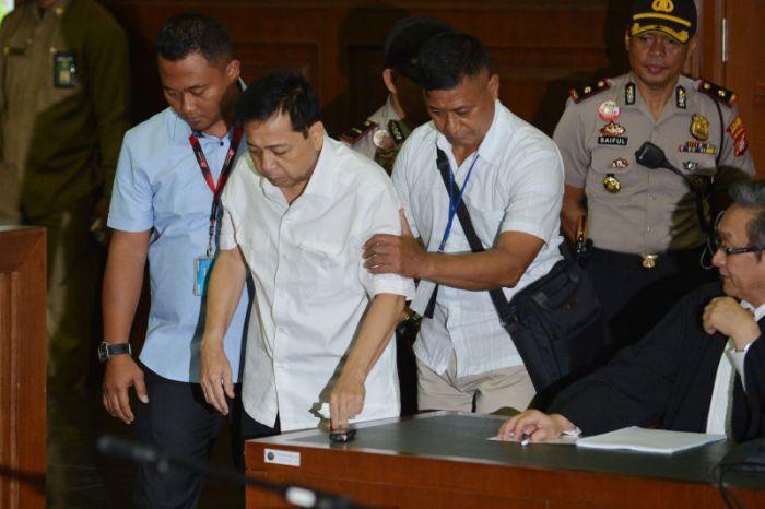 Terdakwa kasus dugaan korupsi KTP elektronik Setya Novanto (kedua kiri) memasuki ruangan pada sidang perdana di gedung Pengadilan Tipikor Jakarta, Rabu (13/12).