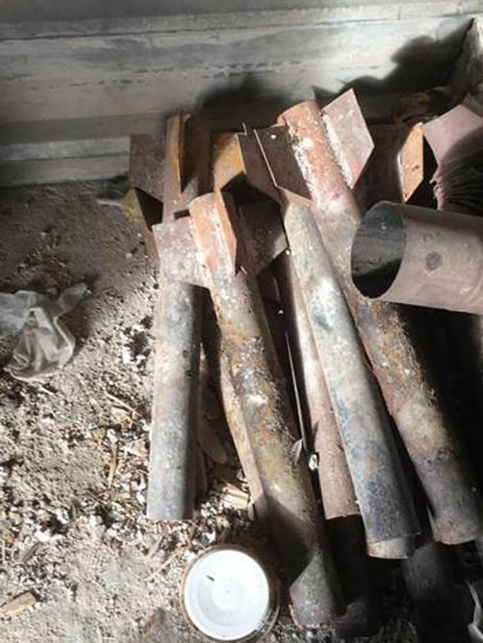 Tumpukan proyektil dan amunisi di laboratorium Kimia Ghouta Timur.jpg